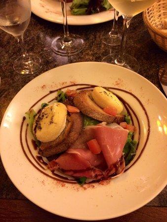 Le Bistrot Des Arts: Salade de crottin de chèvre chaud et fleur de jambon de pays