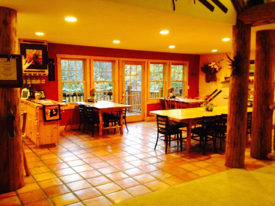 Hidden Moose Lodge: Comfortable dining room