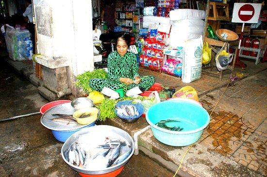 Cantho Market: En su puesto de pescado vivo
