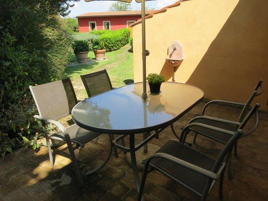 """Al Gelso Bianco Farm-Holiday Resort : Eine der beiden Terrassen vom """"Salvia"""""""