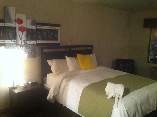 Auberge Gouverneur Shawinigan : Bed Area