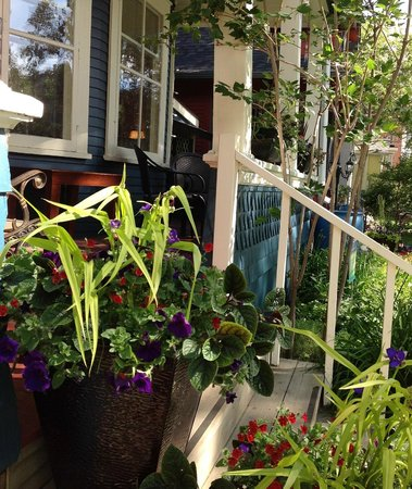 River Wynde Executive Bed and Breakfast: Summer on the Front Porch