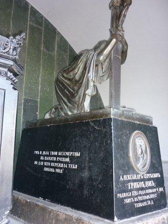 """Mtatsminda Pantheon: Склеп А.С. Грибоедова с надписью от жены: """"Ум и дела твои бессмертны в памяти русской, но для че"""