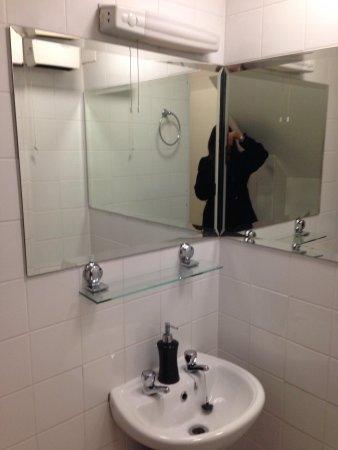 Times Hostels - Camden Place: Banheiro quarto feminino