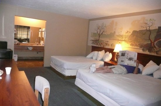Rodeway Inn & Suites Landmark Inn: Room with one king and one queen bed