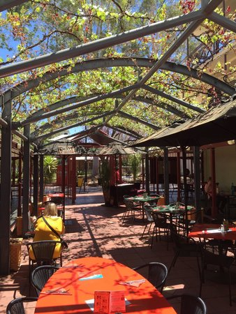 Red Ochre Grill Restaurant Alice Springs : Belle cours intérieur