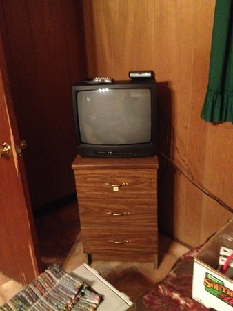 Blackburns Resort: TV in second bedroom. Pardon my stuff!