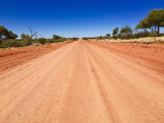 Mereenie Loop Road: Piste droite à perte de vue
