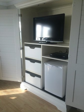 Cove Place: Nice Tv and armoire