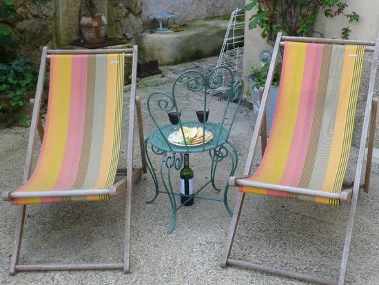 La Charlotte Aix en Provence: Relaxing Courtyard