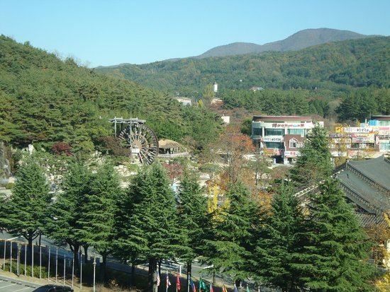 Commodore Hotel Gyeongju : Mountain view from hotel -