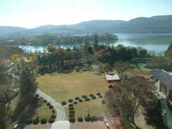 Commodore Hotel Gyeongju : Lake view from hotel -