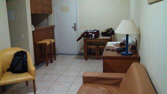 Travel Inn Park Avenue : Vista da sala e cozinha.