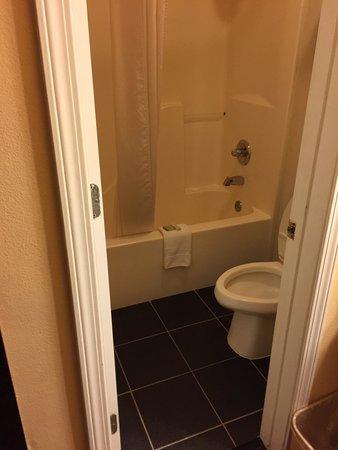 Super 8 Siloam Springs : Tile floors. Clean towels