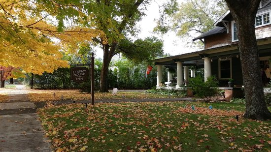 The Lowry House Inn: Fall at Lowery House Inn
