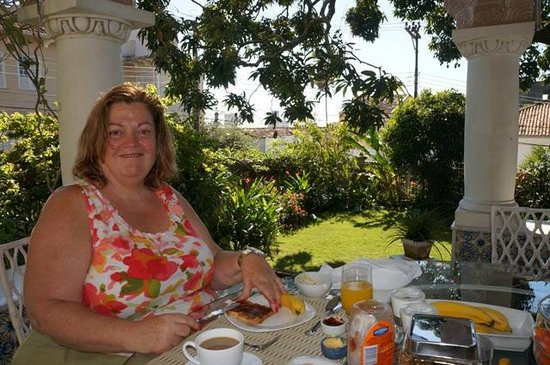 Guesthouse Bianca: Karen having breakfast on the terrace.