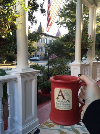 Azalea Inn & Villas: Quite morning on the porch with coffee