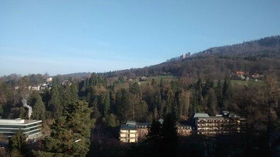 Hotel Magnetberg Baden-Baden: Vista da cidade com castelo e floresta negra ao fundo