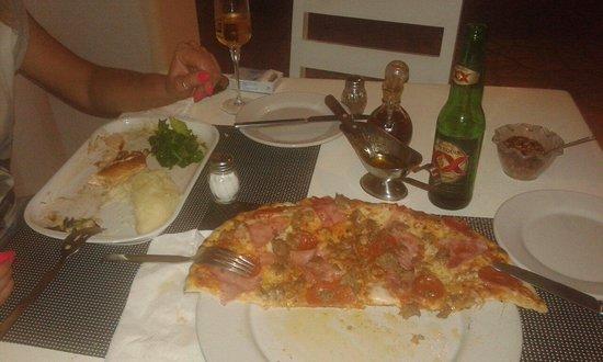 La Famiglia: Pizza no 25 vale la pena e con l'olietto piccante è uno spettacolo