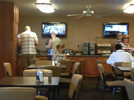 Best Western InnSuites Phoenix Hotel & Suites: Breakfast Activity