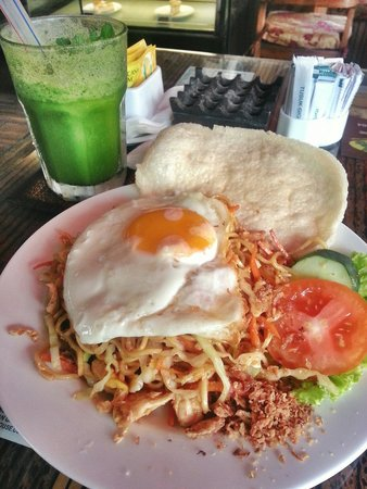 Buzz Cafe: Mie goreng & green hornet