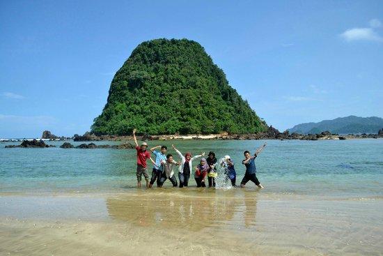 pantai pulau merah, banyuwangi, jawa timur, indonesia