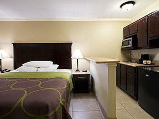 Super 8 - Mcallen/Downtown: King Mini Suite