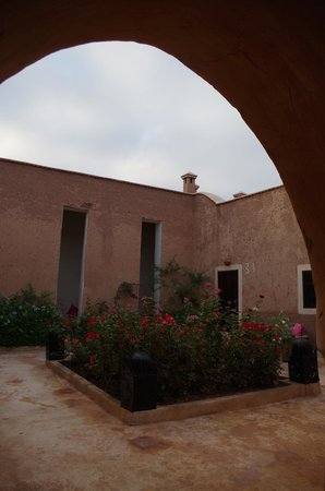 Tigmi : courtyard outside room