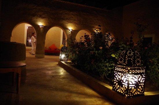 Tigmi: courtyard outside room