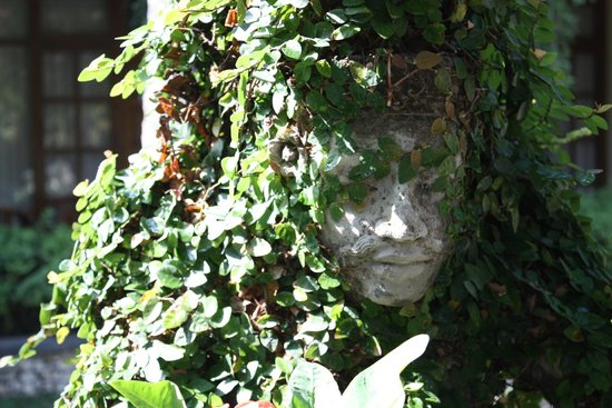 Inna Sindhu Beach: Staty i trädgården