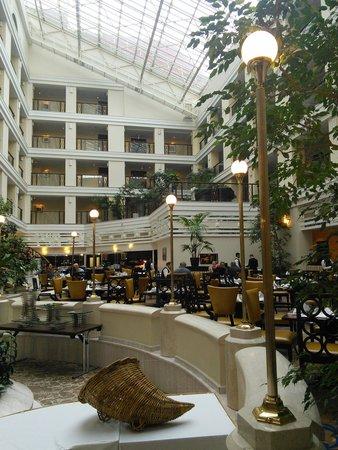 Moscow Marriott Royal Aurora Hotel: Холл и ресторан