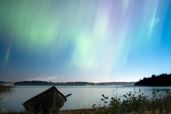 Jokiniemen Matkailu: Full moon with northern lights. Turo cottage