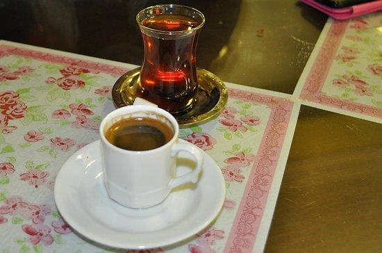 Saray Pide ve Kebap Salonu: Te' e caffè offerto
