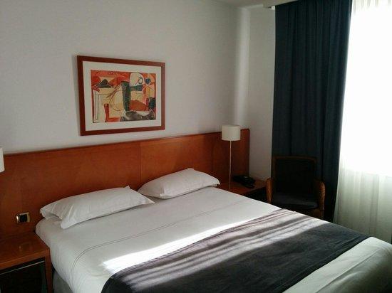 Hotel des Artistes : Jolie chambre spacieuse et lumineuse en étage élevé