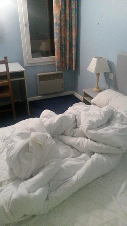 P'tit Dej-Hotel Mulhouse : Chambre non nettoyée à l'arrivée