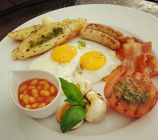 English Breakfast: Baked Eggs, Bacon, Sausages, Beans