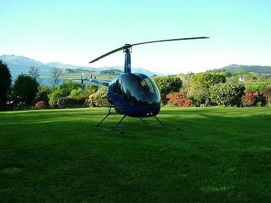 Airds Hotel & Restaurant: Helicopter landing in the garden