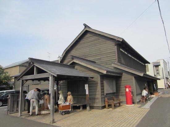 Kunimare Brewery: 赤いポストと井戸