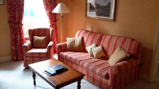 The George Hotel: Lounge area of room