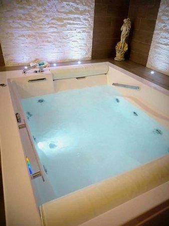 Mediterraneo Palace Hotel : Grande vasca della suite Venere