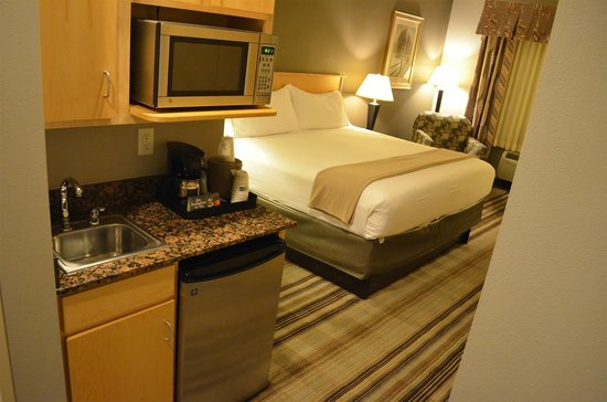 Holiday Inn Express Hotel & Suites Amarillo: Very comfy bed with lots of pillows