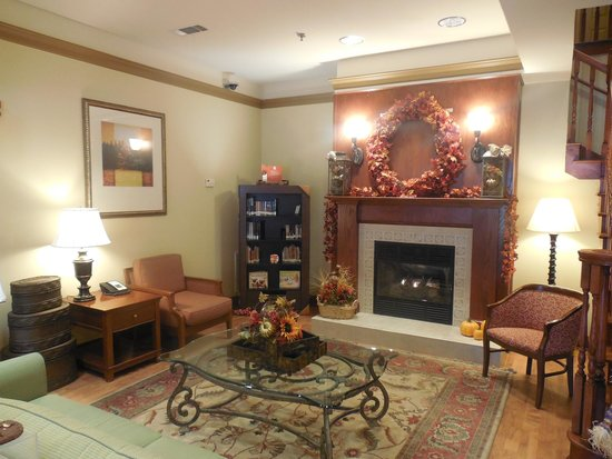 Country Inn & Suites By Carlson, Helen: Inviting lobby