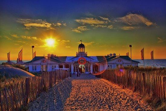 Beachclub O.: Zonsondergang aan zee