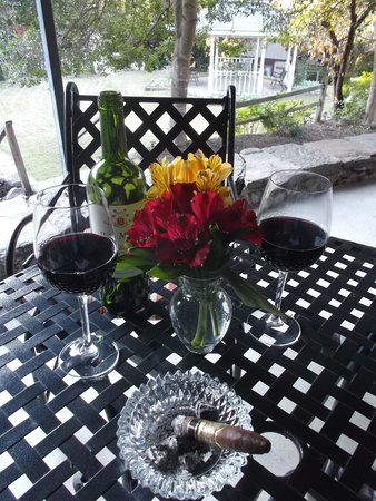 1906 Pine Crest Inn: Enjoying our wine on the porch of the inn
