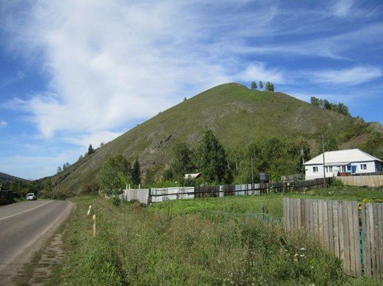 "Krasnoyarsk, Russie: Гора-пирамида ""Белая"" с другой стороны"