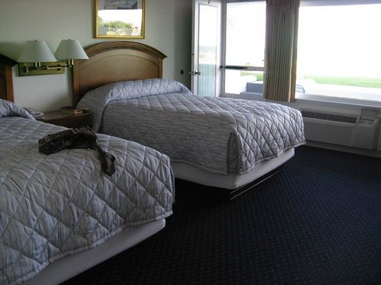 Gloucester Inn by the Sea: Our accommodations with two queen-sized beds.