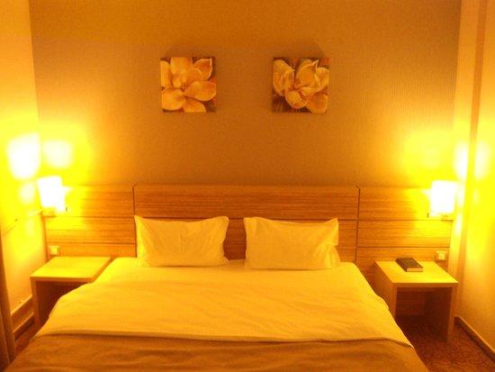 RIN Central Hotel Bucharest : Ανετο δωματιο..μεγαλο κρεβατι