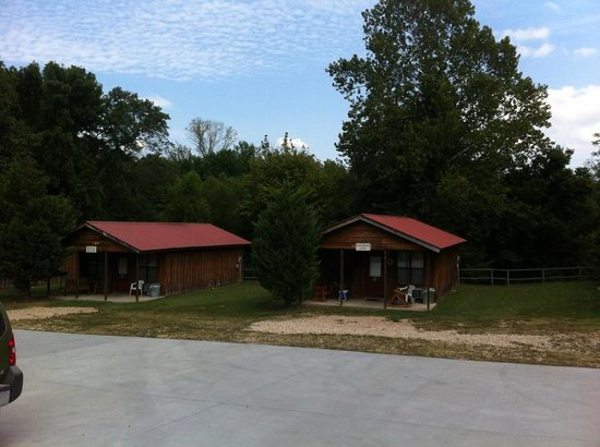 Pinewood Cabins: Driveway View