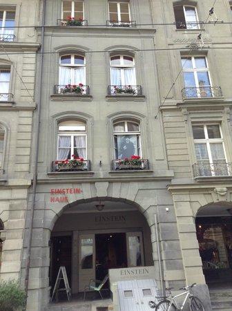 Fachada del edificio que alberga la casa dónde vivió Einstein en ...