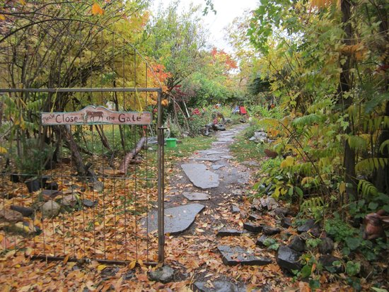 The Painted Hills Vacation Rentals: Entrance path.